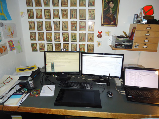 Mein Arbeitsplatz: Im Hintergrund Bilder aus dem Codex Manesse