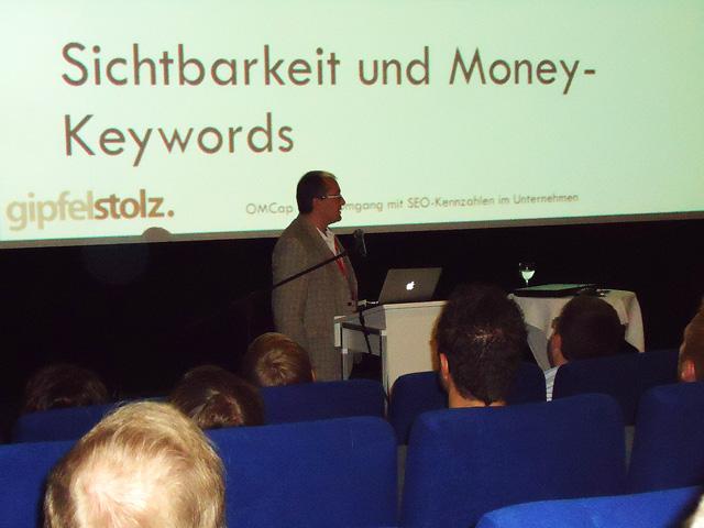 Stefan Fischerländer beim Vortrag über KPIs