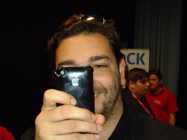 Fabian Rossbacher checkt die Anmeldungen für den SEO-Day in Köln